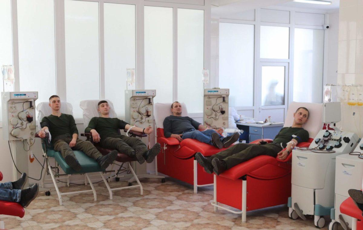Бути донором почесна справа: миколаївські гвардійці здали кров для важкохворих дітей