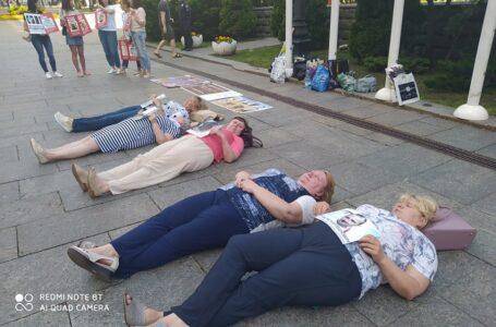 Під Офісом Зеленського матері полонених волонтерів влаштували лежачий протест