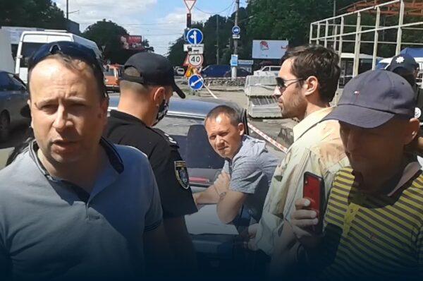 У Миколаєві почали демонтувати аварійну конструкцію на проспекті Богоявленському