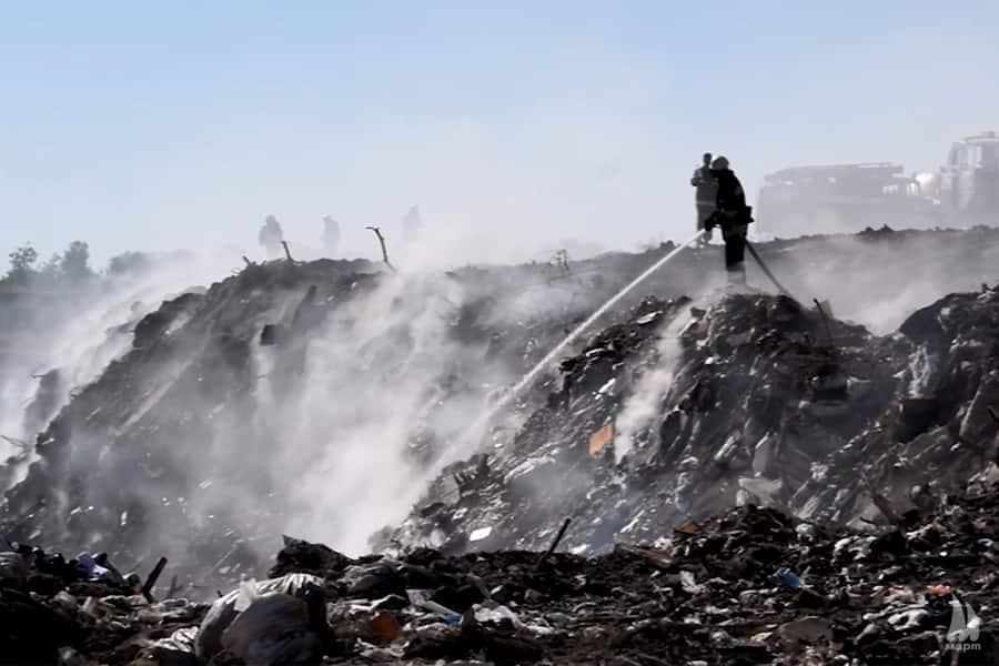 Миколаївські рятувальники другу добу гасять пожежу на сміттєзвалищі