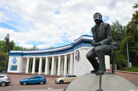 """Фанати """"Динамо"""" зав'язали пам'ятнику Лобановському очі"""