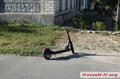 У Миколаєві дівчинка-підліток на електросамокаті врізалася у автівку