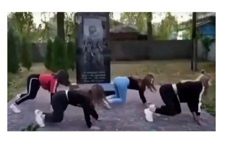 Школярки станцювали тверк біля пам'ятника загиблим на Донбасі