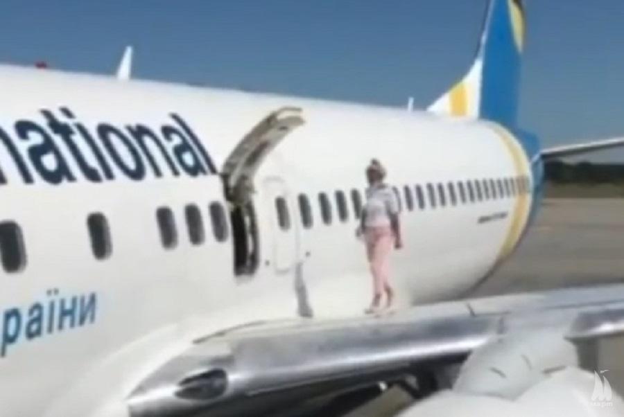 Подихати повітрям: пасажирка МАУ вийшла на крило літака