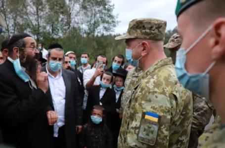 Хасиди заспівали гімн України у національних костюмах аби їх пустили в країну