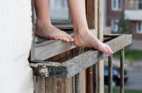 У Миколаєві з вікна п'ятого поверху випала жінка