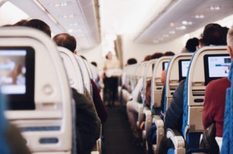 Пару, яка відмовлялась одягати маски, вивели з літака під оплески пасажирів