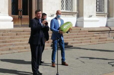 У Херсоні Шмигалю подарували кавун вагою майже 28 кг