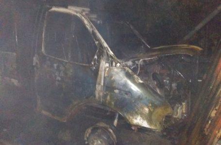 У Великій Коренисі згорів автомобіль, рятувальники не дали вогню перекинутись на будинок