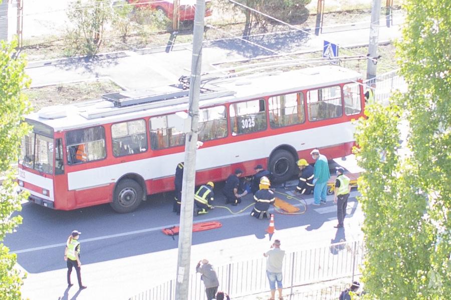 У Миколаєві тролейбус збив пішохода: чоловіка витягували рятувальники