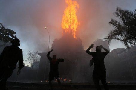 У Чилі під час протестів спалили 144-річну католицьку церкву