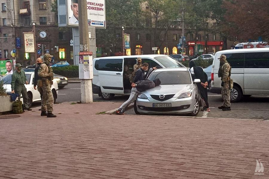 У центрі Миколаєва поліція зі спецназом затримала чотирьох чоловіків