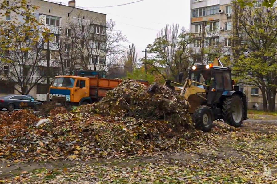 Прибирання опалого листя в Інгульському районі